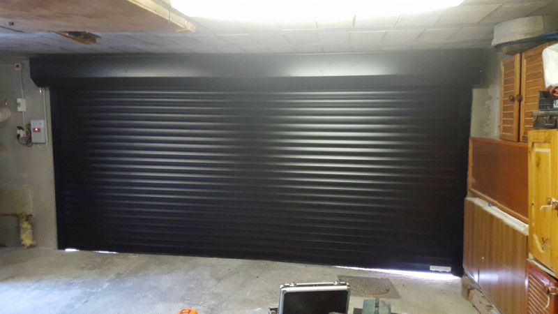 Installation d 39 une porte de garage enroulable marseille for Installer chatiere porte garage
