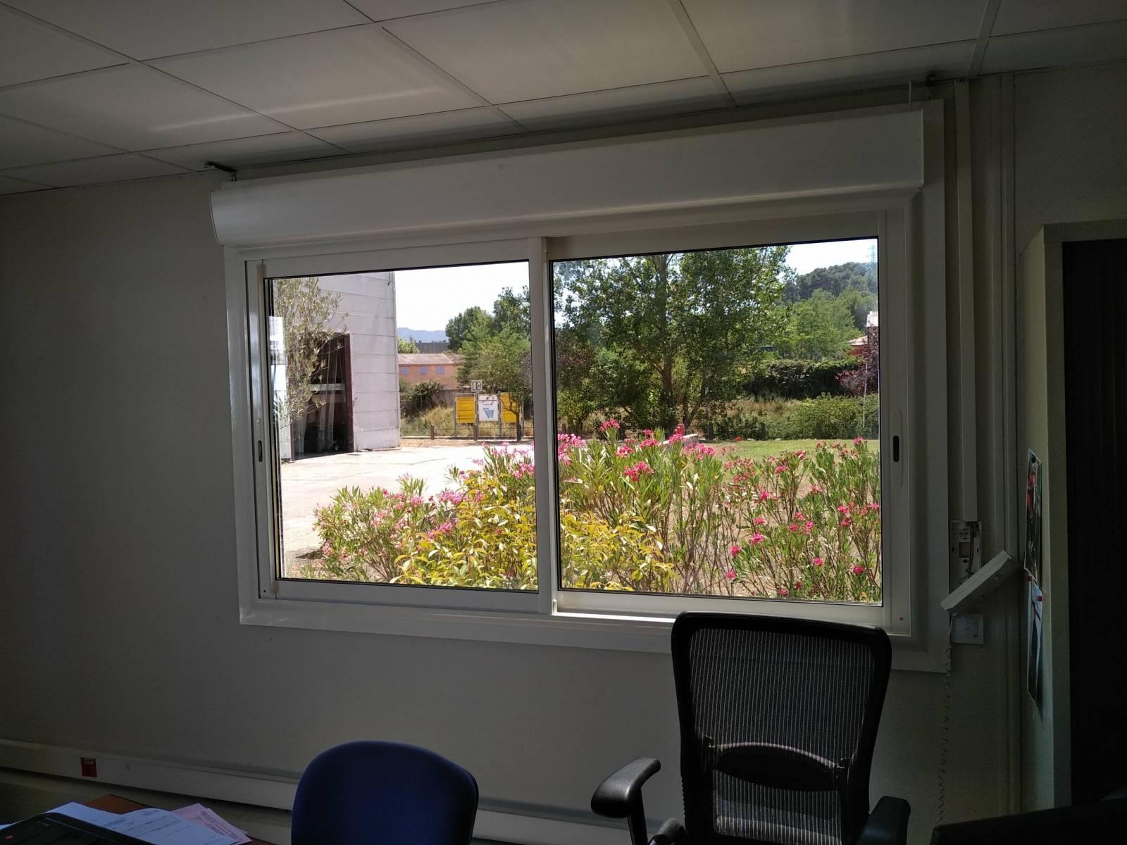Pose de fenêtres aluminium coulissantes vitrage miroir avec volets roulants électriques intégrés ...