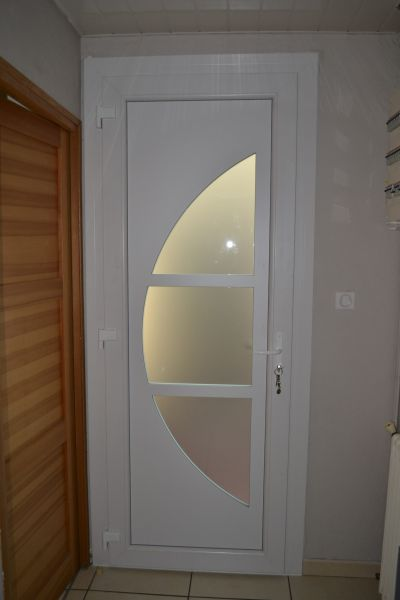 Installation d 39 une porte d 39 entr e en pvc blanc aux pennes - Porte d entree pvc blanc ...
